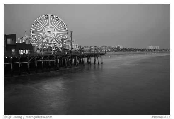 Ferris Wheel and beach at dusk, Santa Monica Pier. Santa Monica, Los Angeles, California, USA (black and white)