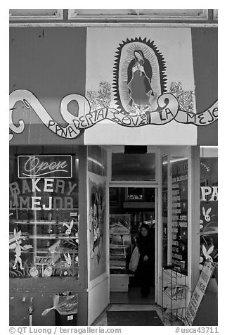 Bakery with colors of the Mexican flag, Mission District. San Francisco, California, USA (black and white)