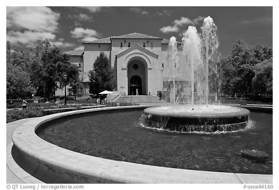 Fountain and Memorial auditorium. Stanford University, California, USA (black and white)