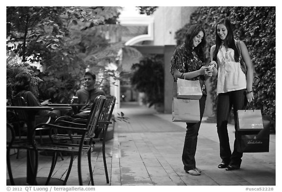 Shoppers, Stanford Shopping Center. Stanford University, California, USA (black and white)