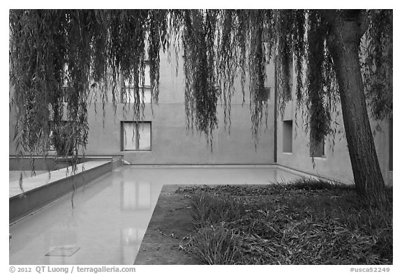 Ricardo Legorreta-designed blue courtyard, Schwab Residential Center. Stanford University, California, USA (black and white)