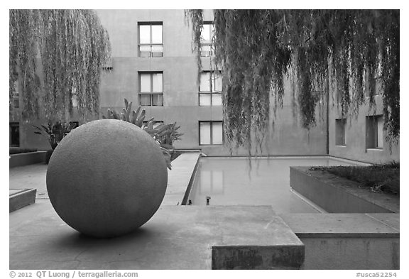 Courtyard of Schwab Center, Stanford Business School. Stanford University, California, USA (black and white)