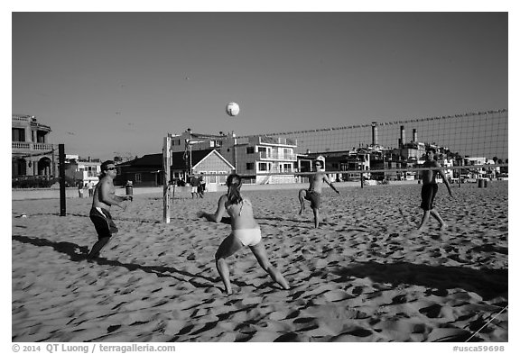 People playing volleyball on beach, Hermosa Beach. Los Angeles, California, USA (black and white)