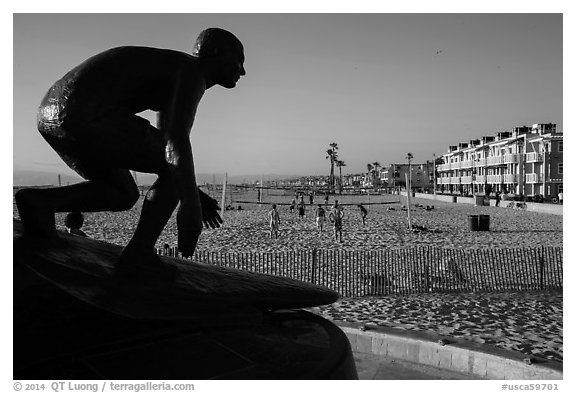 Statue of surfer and lifeguard Tim Kelly, Hermosa Beach. Los Angeles, California, USA (black and white)