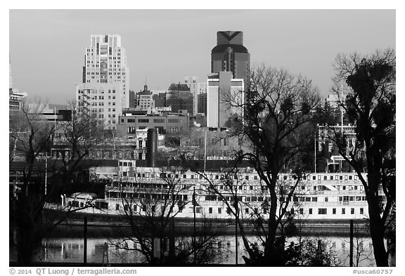 Riverboat and downtown skyline. Sacramento, California, USA (black and white)