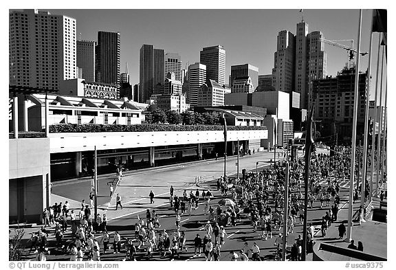 Crowded  streets during the Bay to Breakers annual race. San Francisco, California, USA (black and white)