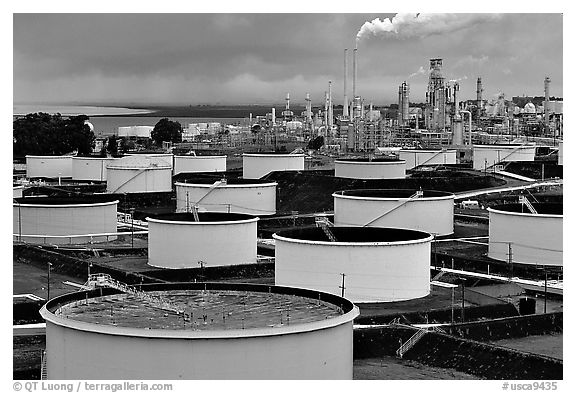 Storage citerns and piples, Oil Refinery, Rodeo. San Pablo Bay, California, USA