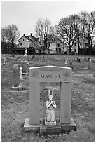 Tomb with small statue and arch. Salem, Massachussets, USA (black and white)