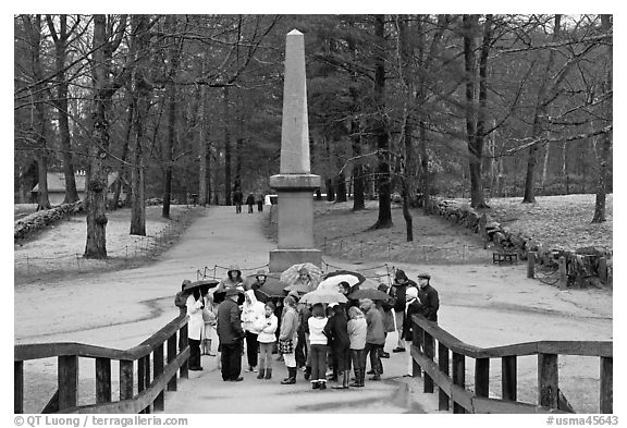 School children and memorial obelisk, Minute Man National Historical Park. Massachussets, USA