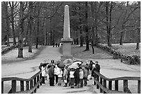 School children and memorial obelisk, Minute Man National Historical Park. Massachussets, USA (black and white)