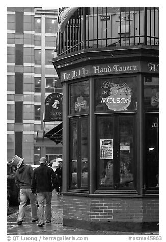 Tavern, oldest in the country. Boston, Massachussets, USA (black and white)