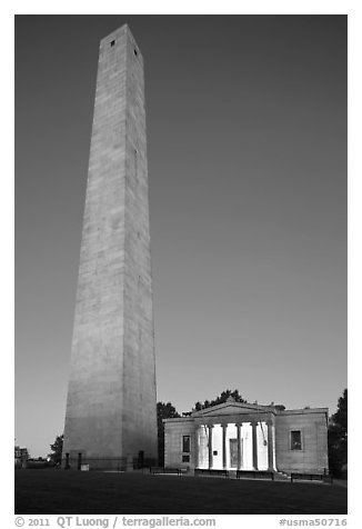 Bunker Hill Monument and exhibit lodge at dawn, Charlestown. Boston, Massachussets, USA (black and white)