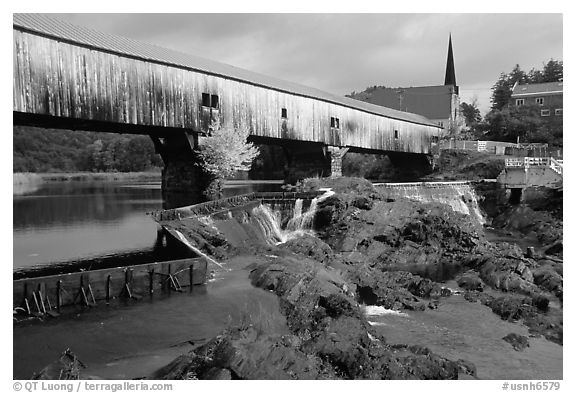 Triple-arch covered bridge, Bath. New Hampshire, USA (black and white)