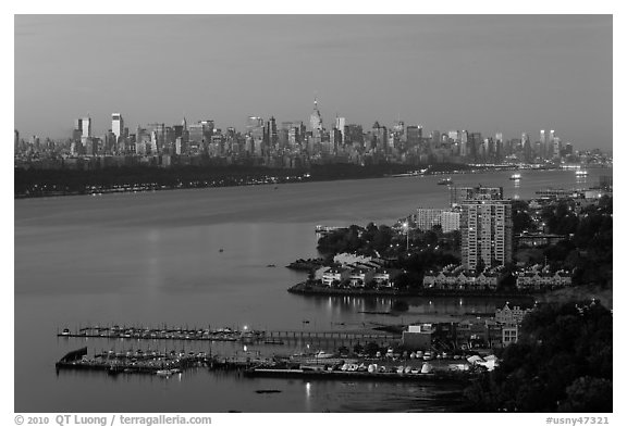 Manhattan seen from Fort Lee, New Jersey, sunrise. NYC, New York, USA (black and white)