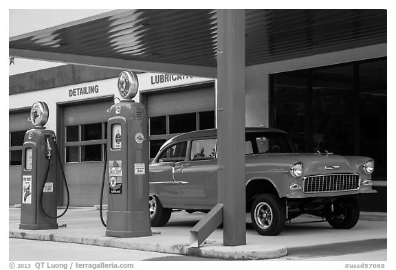 Vintage gas pumps and car, Deadwood. Black Hills, South Dakota, USA (black and white)