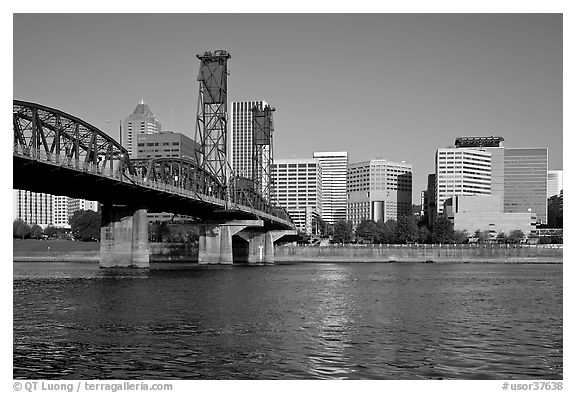 Williamette River, Hawthorne Bridge and Portland Skyline. Portland, Oregon, USA (black and white)