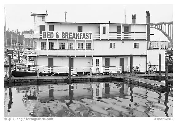 Paddle steamer reconverted into Bed and Breakfast. Newport, Oregon, USA
