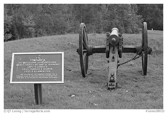 Confederate position marker and cannon, Vicksburg National Military Park. Vicksburg, Mississippi, USA (black and white)