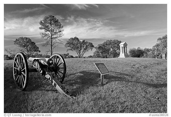 Cannon, union position marker, and monument, Vicksburg National Military Park. Vicksburg, Mississippi, USA (black and white)