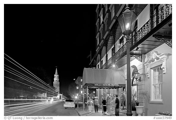 Street, church, and Mills house hotel with many guests at night. Charleston, South Carolina, USA (black and white)