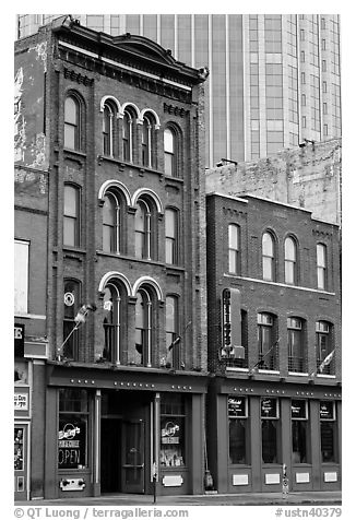 Old brick buildings and modern high rise buildings, Broadway. Nashville, Tennessee, USA (black and white)