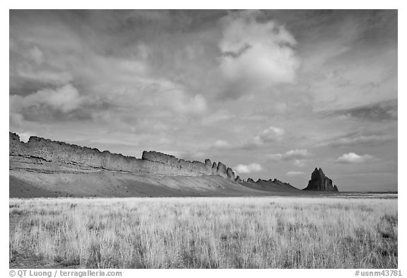 Serrated volcanic ridge leading to Shiprock. Shiprock, New Mexico, USA (black and white)