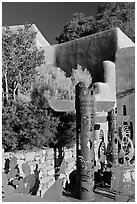 Southwest art, and adobe building. Santa Fe, New Mexico, USA (black and white)