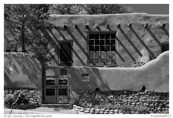 House in revival pueblo style, Canyon Road. Santa Fe, New Mexico, USA (black and white)