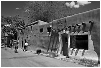 Visitors inspect oldest house. Santa Fe, New Mexico, USA ( black and white)