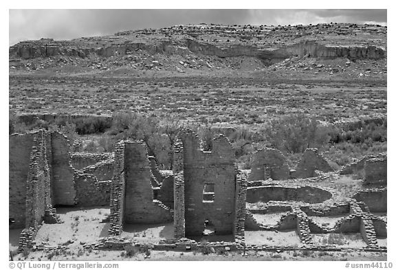 Kin Kletso. Chaco Culture National Historic Park, New Mexico, USA (black and white)