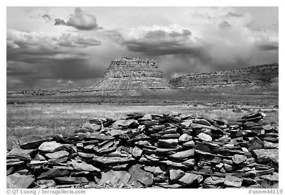 Wall and Fajada Butte, afternoon. Chaco Culture National Historic Park, New Mexico, USA (black and white)
