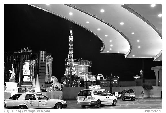 Taxis at hotel entrance, Paris Las Vegas. Las Vegas, Nevada, USA (black and white)