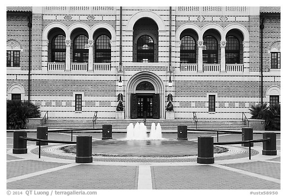 Fountain, and building, Rice University. Houston, Texas, USA (black and white)
