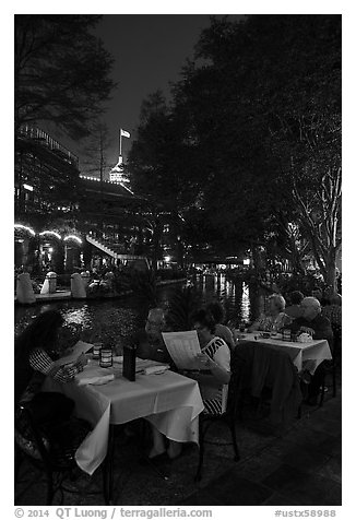 Riverside dinning on the Riverwalk. San Antonio, Texas, USA (black and white)