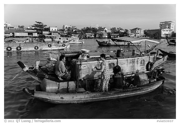 Seller and buyer talking across boats, Cai Rang floating market. Can Tho, Vietnam (black and white)
