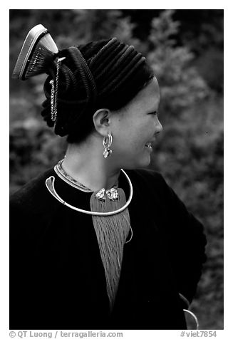 Woman of the Red Hmong ethnic group, with a helmet-like hairstyle, near Tam Duong. Northwest Vietnam (black and white)