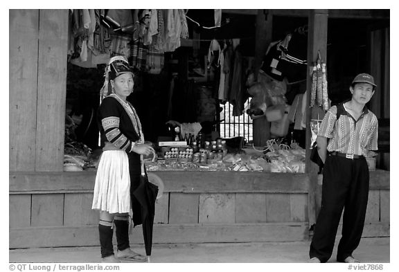 Man and montagnard woman in front of a store, near Lai Chau. Northwest Vietnam (black and white)