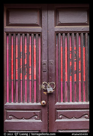 Door and paddlock. Lukang, Taiwan (color)