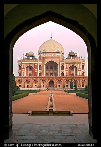Cenotaph seen through entrance gate. New Delhi, India (color)