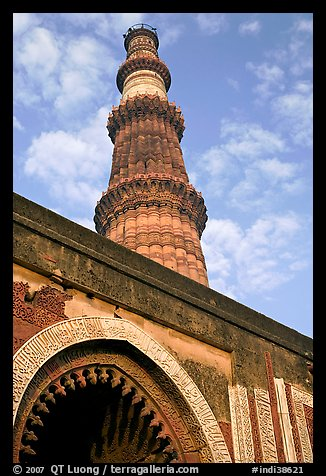 Alai Darweza gate and Qutb Minar tower. New Delhi, India
