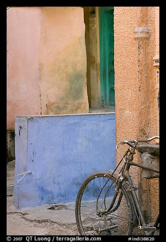 Bicycle and multicolored walls. Jodhpur, Rajasthan, India (color)