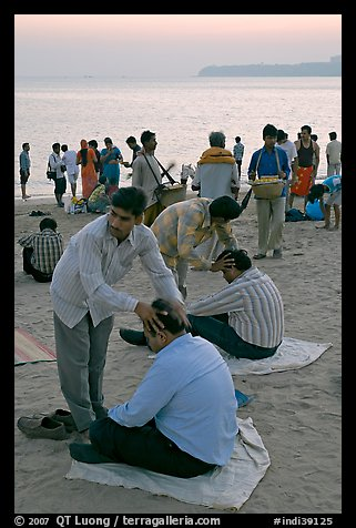 Head rub given by malish-wallah, Chowpatty Beach. Mumbai, Maharashtra, India