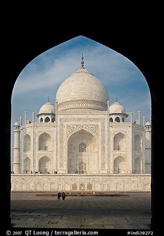 Taj Mahal framed by arch of Jawab. Agra, Uttar Pradesh, India (color)