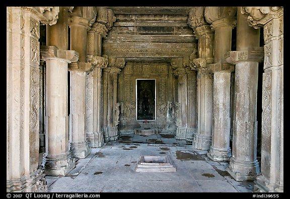 Mandapa inside Kadariya-Mahadeva temple  Khajuraho  Madhya Pradesh    Kandariya Mahadeva Temple Inside