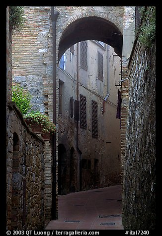 Arch and narrow street. San Gimignano, Tuscany, Italy (color)