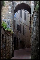 Arch and narrow street. San Gimignano, Tuscany, Italy