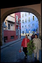 Women walking in a tunnel. Guanajuato, Mexico ( color)