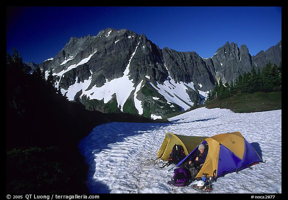 Camping on neve below Sahale Peak, North Cascades National Park. Washington, USA.