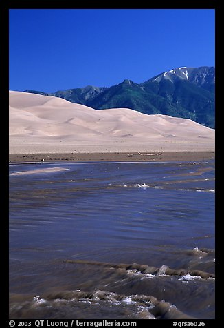 Medano creek, Sand Dunes, and Sangre de Cristo Mountains. Great Sand Dunes National Park, Colorado, USA.