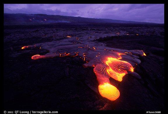 Fluxo de lava de Kilauea ao amanhecer.  Hawaii Volcanoes National Park (cor)